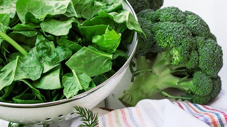 Les épinards et brocolis sont source de lutéine.