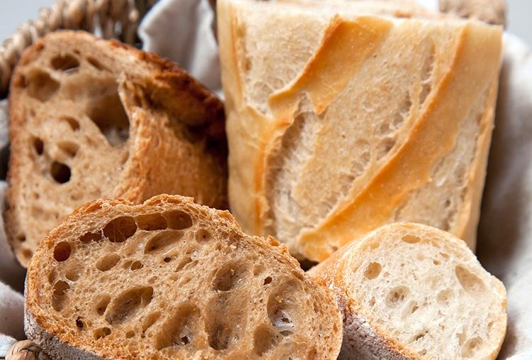 Pain blanc et pain complet dans une corbeille